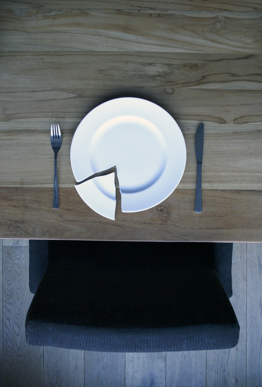 broken-plate-on-a-wooden-table-840112
